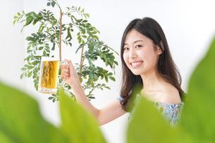 ビアガーデンでビールを飲む女性の写真素材 [FYI04725042]