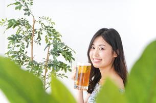 ビアガーデンでビールを飲む女性の写真素材 [FYI04725043]