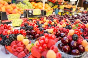 市場に並ぶ新鮮なフルーツの写真素材 [FYI04725073]
