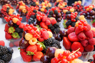 市場に並ぶ新鮮なフルーツの写真素材 [FYI04725074]