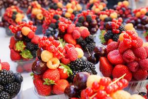 市場に並ぶ新鮮なフルーツの写真素材 [FYI04725076]