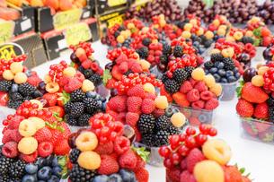 市場に並ぶ新鮮なフルーツの写真素材 [FYI04725077]