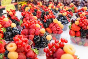 市場に並ぶ新鮮なフルーツの写真素材 [FYI04725079]