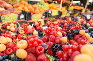 市場に並ぶ新鮮なフルーツの写真素材 [FYI04725082]