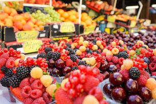 市場に並ぶ新鮮なフルーツの写真素材 [FYI04725083]