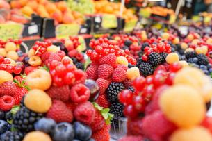市場に並ぶ新鮮なフルーツの写真素材 [FYI04725085]