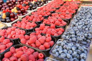 市場に並ぶ新鮮なフルーツの写真素材 [FYI04725086]