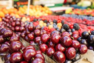 市場に並ぶ新鮮なフルーツの写真素材 [FYI04725087]