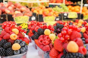 市場に並ぶ新鮮なフルーツの写真素材 [FYI04725089]