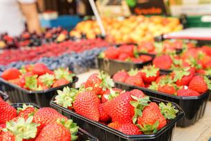 市場に並ぶ新鮮なフルーツの写真素材 [FYI04725092]