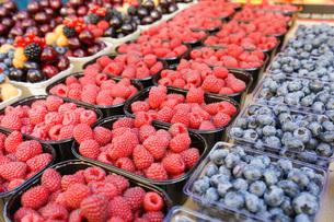 市場に並ぶ新鮮なフルーツの写真素材 [FYI04725093]