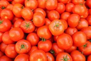 市場に並ぶ新鮮なフルーツの写真素材 [FYI04725095]