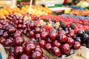 市場に並ぶ新鮮なフルーツの写真素材 [FYI04725098]
