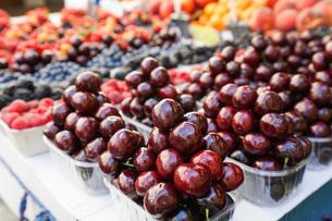 市場に並ぶ新鮮なフルーツの写真素材 [FYI04725101]