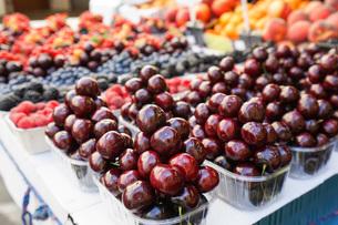 市場に並ぶ新鮮なフルーツの写真素材 [FYI04725106]