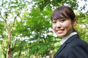 笑顔のビジネスウーマンの写真素材 [FYI04725128]