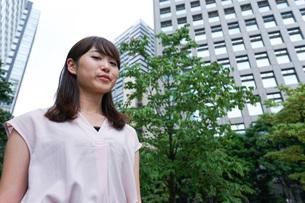 都会を歩くビジネスウーマンの写真素材 [FYI04725199]