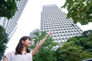都会を歩くビジネスウーマンの写真素材 [FYI04725208]