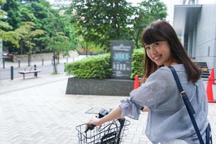 自転車に乗る若い女性の写真素材 [FYI04725219]
