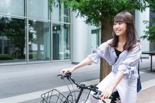 自転車に乗る若い女性の写真素材 [FYI04725229]