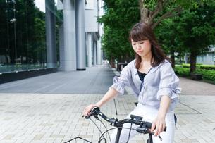 自転車に乗る若い女性の写真素材 [FYI04725231]