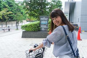 自転車に乗る若い女性の写真素材 [FYI04725233]