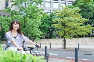 自転車に乗る若い女性の写真素材 [FYI04725235]