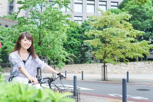 自転車に乗る若い女性の写真素材 [FYI04725237]