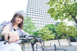 自転車に乗る若い女性の写真素材 [FYI04725238]