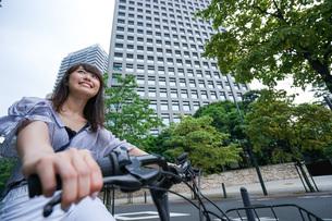 自転車に乗る若い女性の写真素材 [FYI04725240]