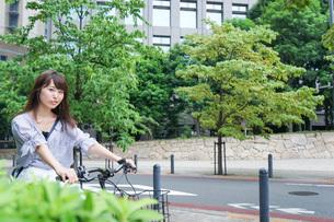 自転車に乗る若い女性の写真素材 [FYI04725241]