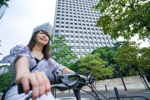 自転車に乗る若い女性の写真素材 [FYI04725242]