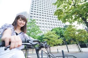 自転車に乗る若い女性の写真素材 [FYI04725243]