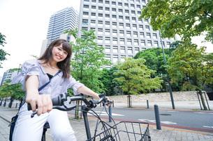 自転車に乗る若い女性の写真素材 [FYI04725245]