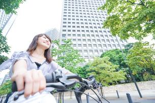 自転車に乗る若い女性の写真素材 [FYI04725247]