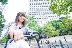 自転車に乗る若い女性の写真素材 [FYI04725248]