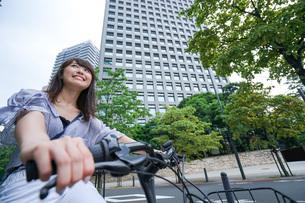 自転車に乗る若い女性の写真素材 [FYI04725249]