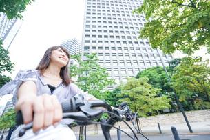 自転車に乗る若い女性の写真素材 [FYI04725250]