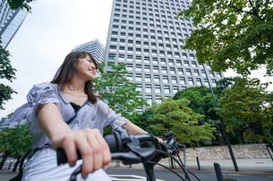 自転車に乗る若い女性の写真素材 [FYI04725251]