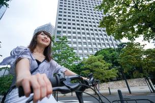 自転車に乗る若い女性の写真素材 [FYI04725252]