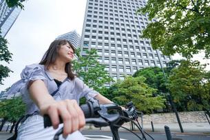 自転車に乗る若い女性の写真素材 [FYI04725253]