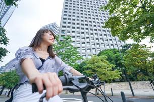 自転車に乗る若い女性の写真素材 [FYI04725254]
