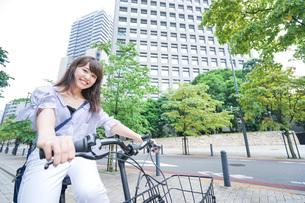 自転車に乗る若い女性の写真素材 [FYI04725255]