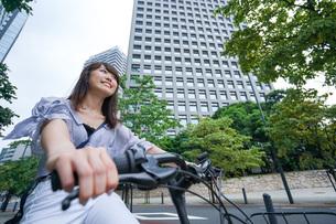 自転車に乗る若い女性の写真素材 [FYI04725256]