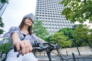 自転車に乗る若い女性の写真素材 [FYI04725257]