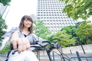 自転車に乗る若い女性の写真素材 [FYI04725259]