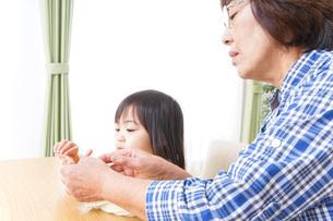 おばあちゃんと遊ぶ子どもの写真素材 [FYI04725301]