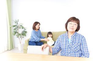 ふるさとに子供と帰省する家族の写真素材 [FYI04725317]