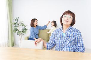 子どもが騒いで嫌がる祖母の写真素材 [FYI04725318]