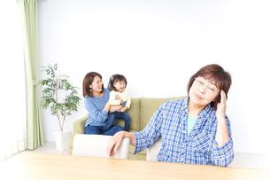 ふるさとに子供と帰省する家族の写真素材 [FYI04725322]